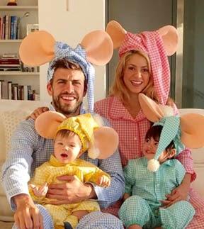Foto de Shakira sentada con su pareja Gerard Piqué e hijos