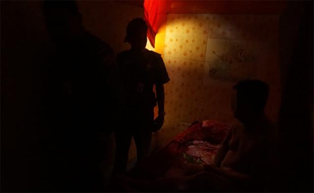 Salon di Banjarbaru ini boleh dibilang aneh. Betapa tidak, saat Satpol PP menggerebek salah satu salon siang bolong, petugas mendapati seorang pria berinisial SW (47) dalam kondisi tanpa busana, Kamis (28/2/2019) sekira pukul 12.00 Wita.