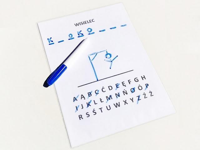 na zdjęciu plansza wydrukowana i zalaminowana a na niej gotowy alfabet, obok leży niebieski mazak suchościeralny, którym wpisujemy odgadywane wyrazy
