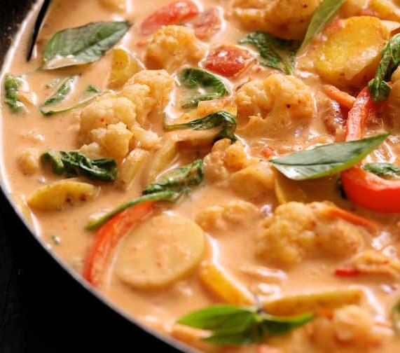 Vegan Thai Red Curry with Cauliflower and Potatoes #vegetarian #lunch