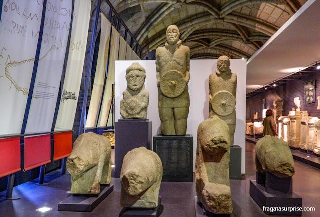 Estátuas de guerreiros lusitanos da Idade do Ferro no Museu de Arqueologia de Lisboa
