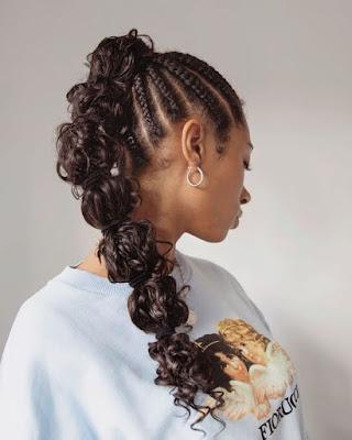 O efeito do penteado é conquistado apenas com elastiquinhos que você vai colocar pelo cabelo depois de fazer um rabo de cavalo, criando bolhas de cabelos.
