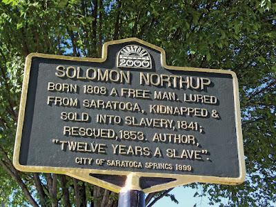 Penanda di Saratoga Springs, New York, memperingati penculikan Solomon Northup pada tahun 1841.