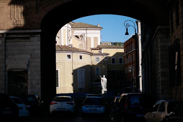 Statua sotto un arco a Roma