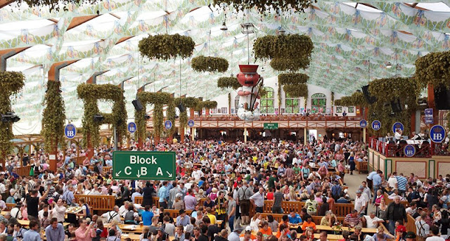 Tenda no complexo Theresienwiese na Oktoberfest na Alemanha