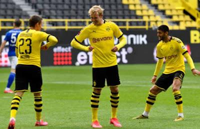 Bundesliga trở lại: Dở khóc dở cười các SAO ăn mừng bàn thắng 3