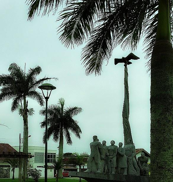 Monumento aos Açorianos, em frente à Câmara de Vereadores de São José