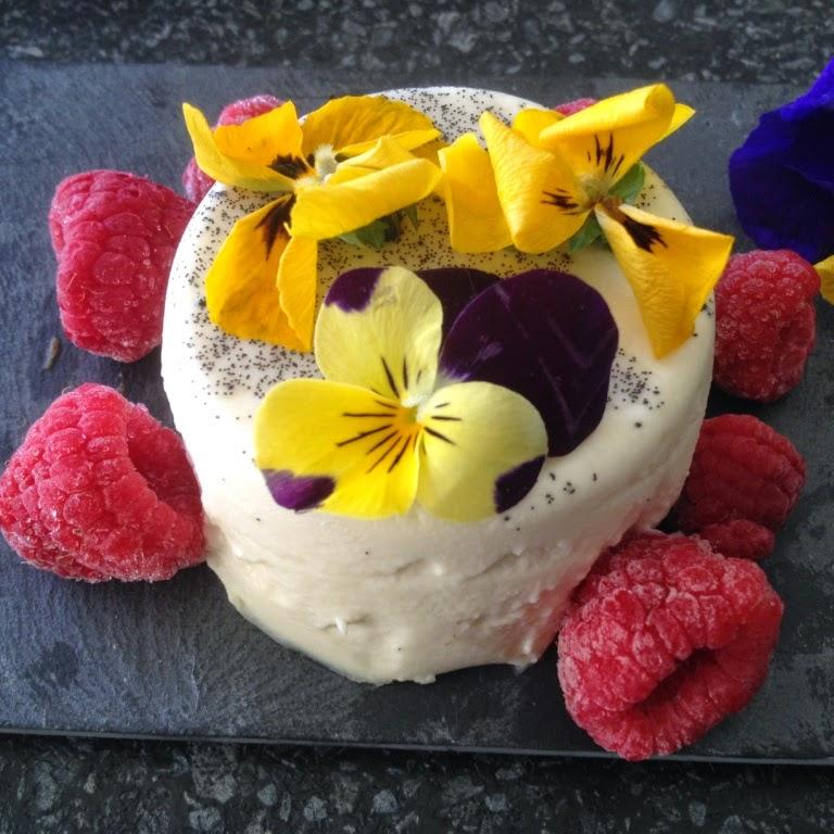 Pannacotta met frambozen en viooltjes