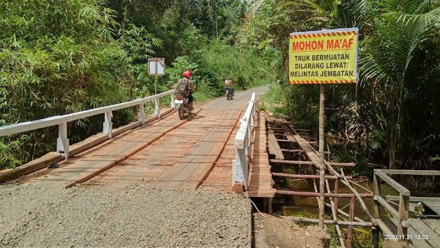 Dikhawatirkan Rentan Roboh, Anggota DPRD Bartim Ini Akan Upayakan Jembatan Belawa Dibangun Permanen