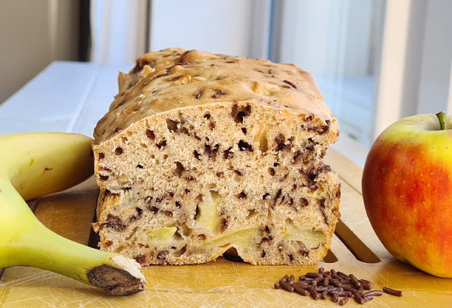 Rezept: Schneller Apfel-Banane-Schoko-Kuchen ohne Zucker. Weil er nicht gehen muss, sind der Teig und Kuchen blitzschnell fertig. Dank des Obstes ist das Backwerk wunderbar saftig.