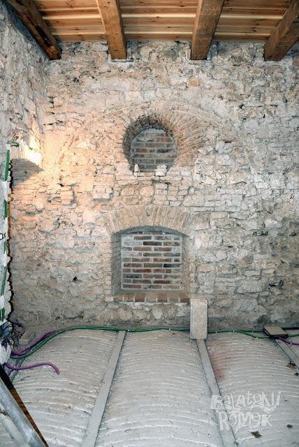 Falba mélyített fülke, felette kör aakú, elfalazott nyílás.