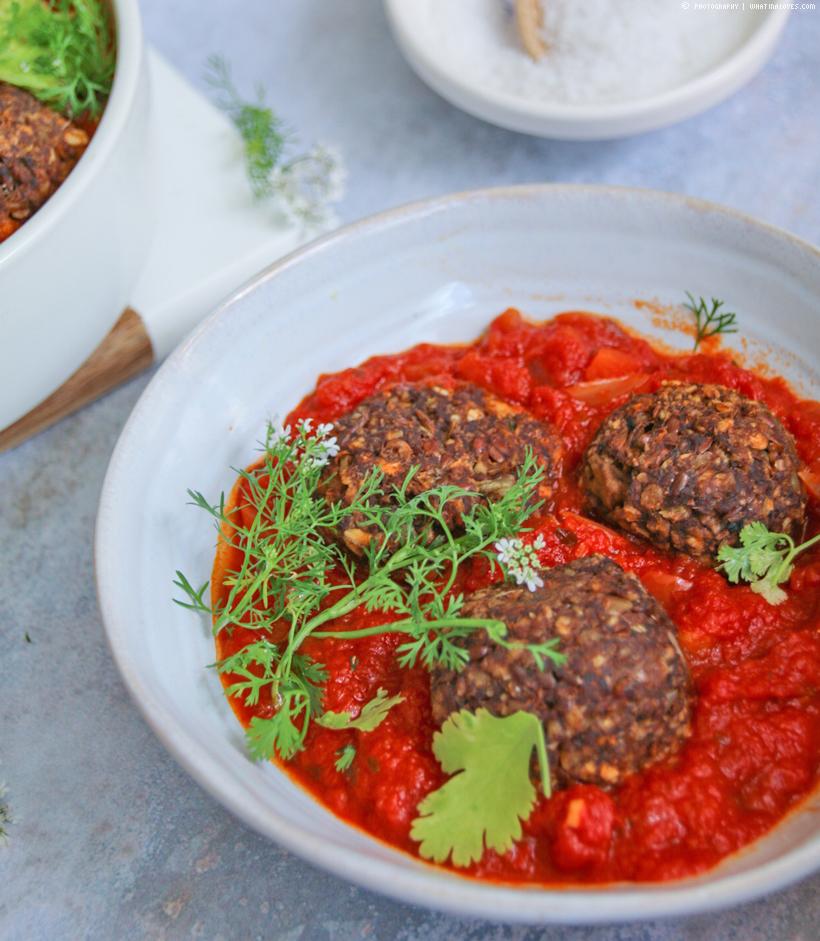ayurvedische Pilz-Linsen-Bällchen in Tomatensoße