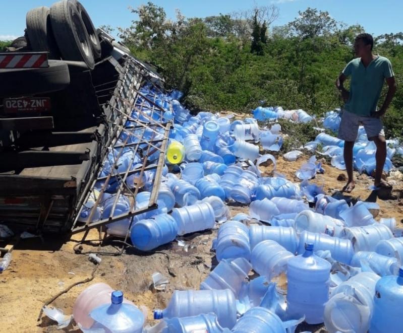 Caminhão carregado com água mineral tomba na BR 030 em Guanambi