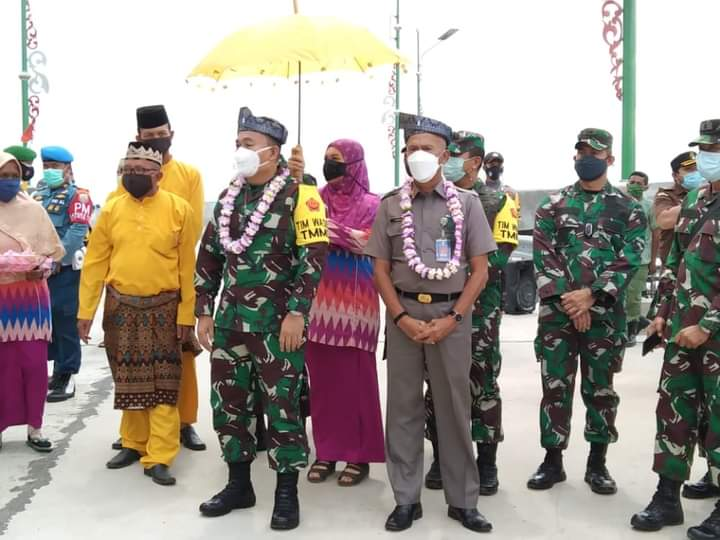 Wakili Bupati, Asisten II Kabupaen Lingga Dampingi TMMD Bagikan Sembako Di Marok Tua