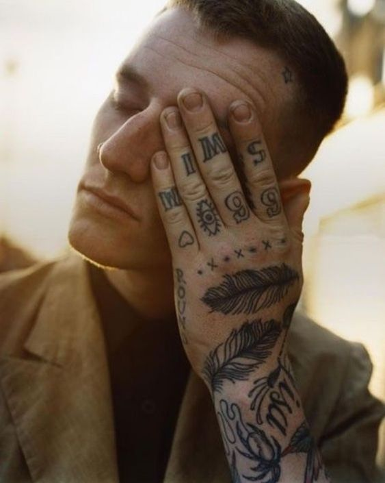 tatuagem masculina na mão e no braço e nos dedos masculino desenho