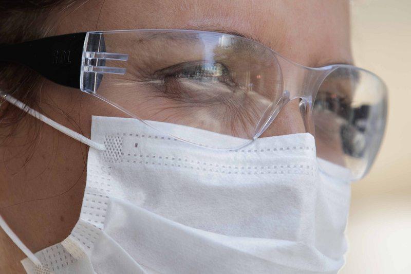 Estudio dice que el virus también puede entrar por los ojos