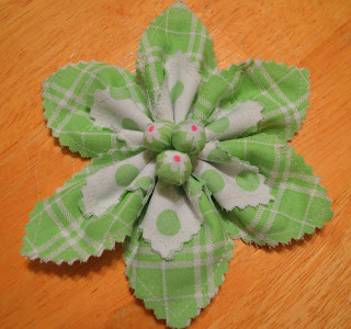 http://bumbleberriesboutique.blogspot.de/2013/01/super-easy-fabric-flower-tutorial.html#.UrL7SLSMmLo