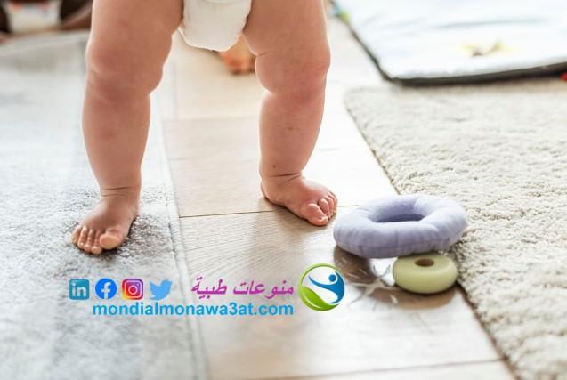 كيف أساعد طفلي على المشي مبكرا، لماذا يتأخر الاطفال في المشي،  لماذا يمشي الطفل على اطراف الاصابع؟ ، اسباب مشي الطفل اثناء النوم