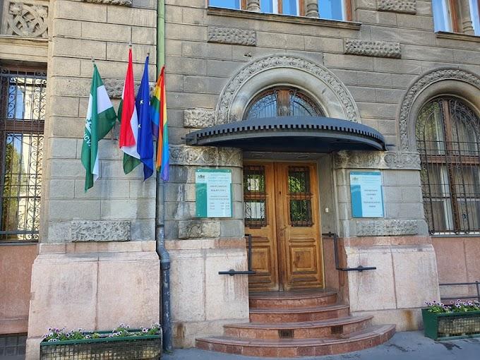 Baranyi visszatette a házasságkötő teremre a szivárványos zászlót