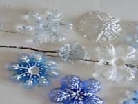 http://www.guiademanualidades.com/ornamentos-navidenos-con-botellas-plasticas-34658.htm