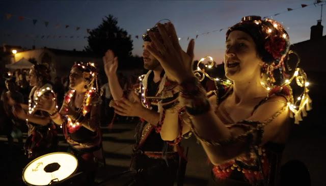Le groupe de percussions samba baladi avec son spectacle lumineux, ses chants du Monde, ses rythmes effrénés pour des concerts, spectacles de rue, parades, carnavals, festivals et festivités de Noel.