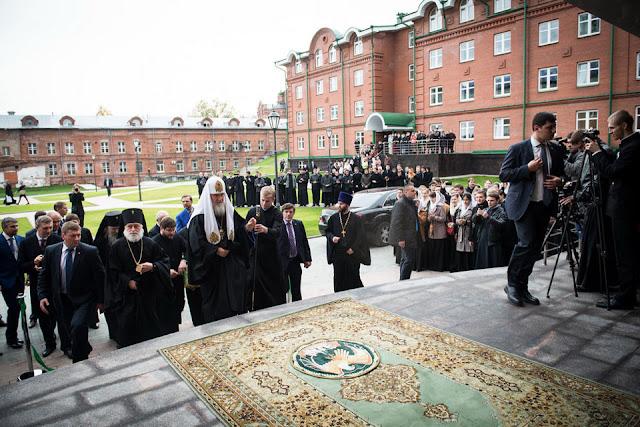 Патриарх открывает новые корпуса МДА. За его спиной – Переходный типографский корпус. Лавра Сергиев Посад.
