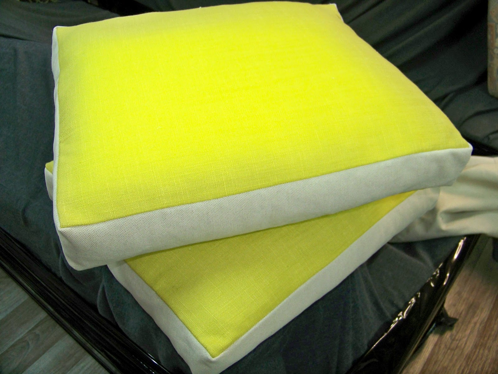 tapissier decorateur coussins. Black Bedroom Furniture Sets. Home Design Ideas