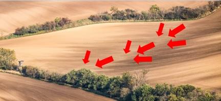 Foto Forma do terreno côncavo, o fluxo de água e a variabilidade das características do solo.
