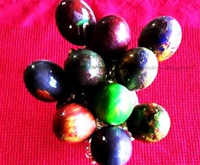 Eier mit Gewürzen und Gemüse färben