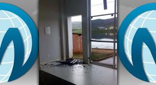 Tiros destruíram porta da Prefeitura de Granjeiro nesta madrugada