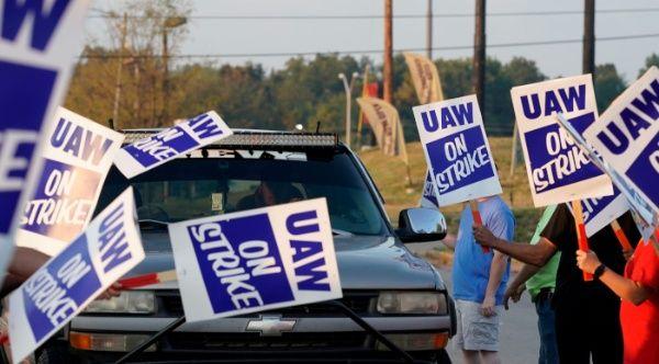 Trabajadores de General Motors cumplen segundo día en huelga en EE.UU.