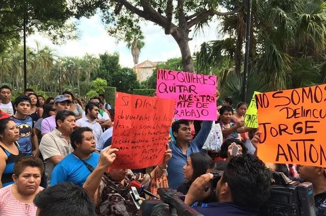 Vendedores acusan que Mauricio Vila Dosal ordenó desalojarlos