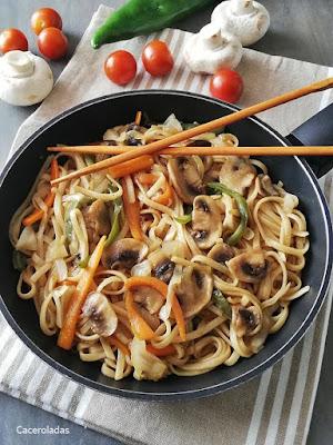 Tallarines al estilo chino salteados con verduras