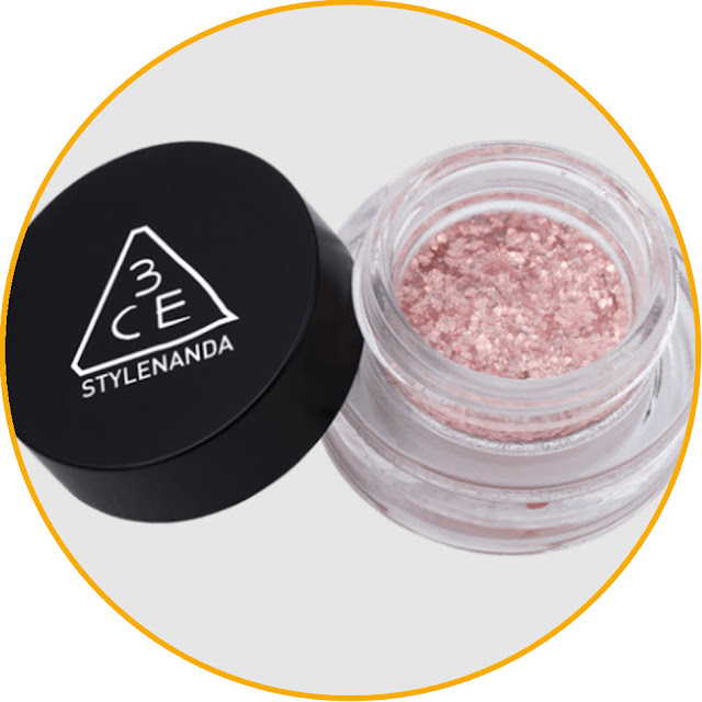 3CE Eye Switch Pot Fallout-free glitter eyeshadow, make your eyes sparkle all day long! 3CE is known as a Korean makeup eyeshadow brand with quality products, one of which is this eyeshadow. This eyeshadow is a single pressed powder that is easy to apply. Consisting of beautiful bright colors, this eyeshadow is perfect for those of you who like a glamorous look. The glitter lasts a long time on your eyes so it makes your eyes sparkle all day long.