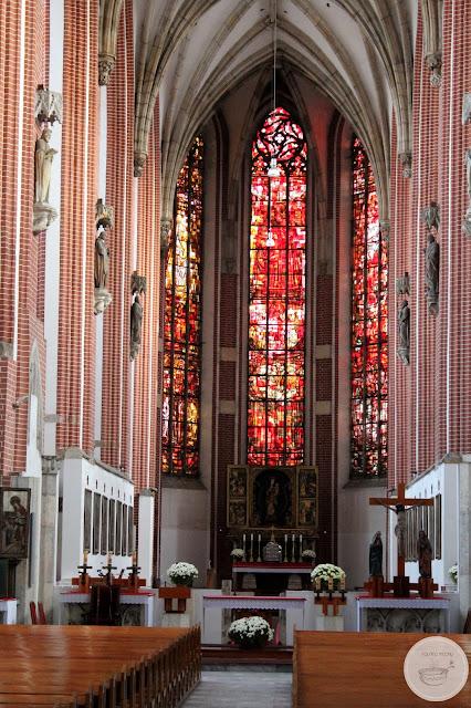 Wnętrze kościoła Najświętszej Maryji Panny na Piasku kolano muchy