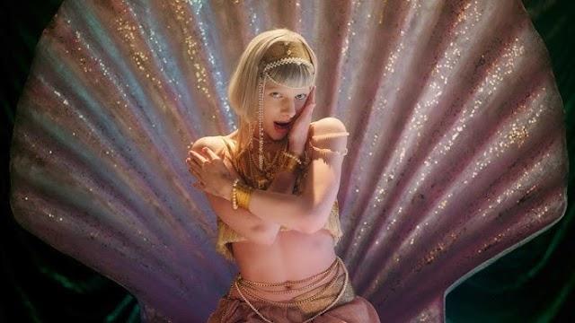 """""""O amor nos torna humanos e divinos"""" proclama Aurora em seu novo single 'Exist For Love'"""
