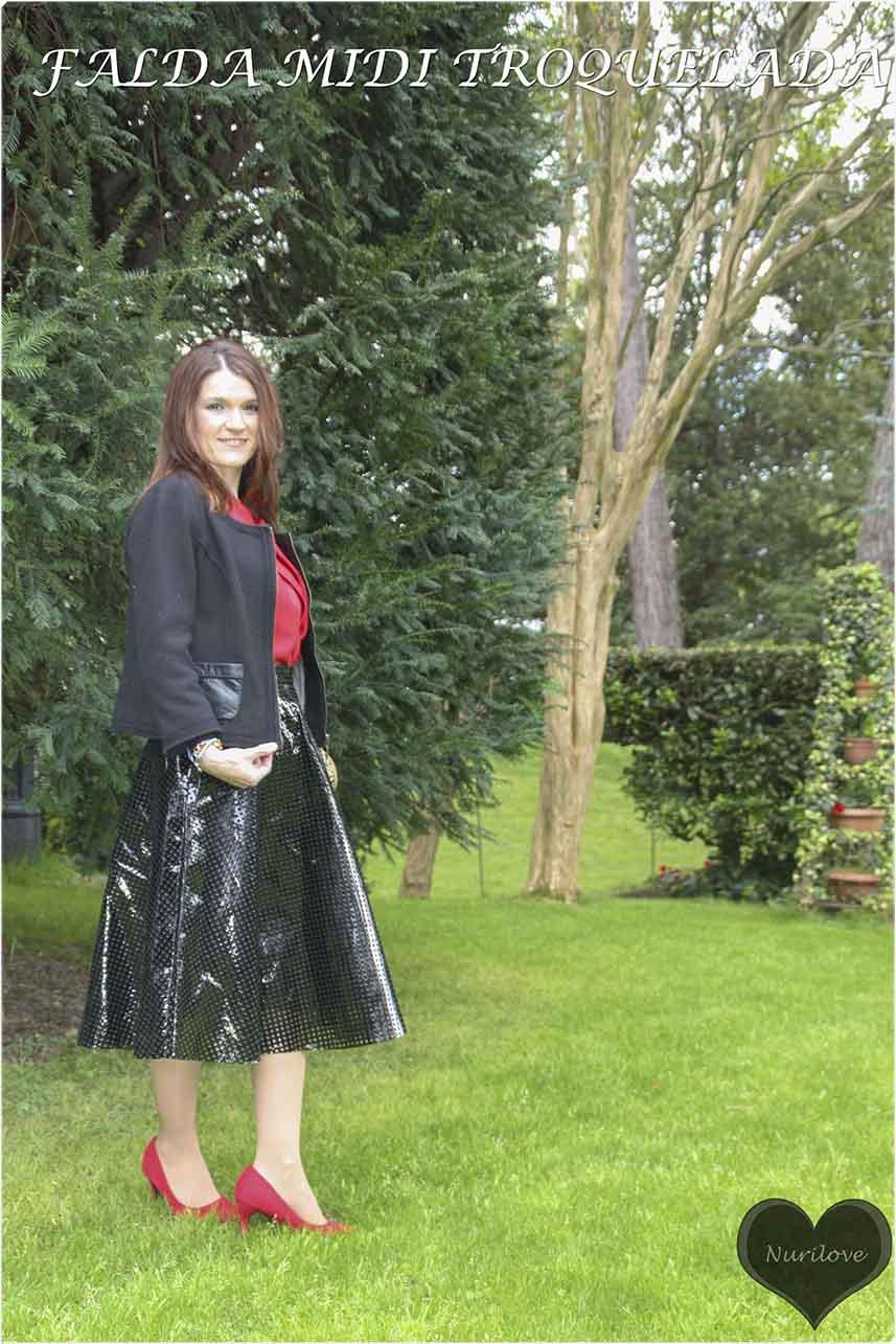 falda midi troquelada, de un material muy especial, parece plástico