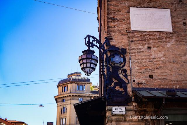 Bolonia dom z kamienia, lampa na Piazza Maggiore