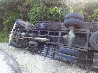 Camión cargado de pollo sufre vuelco en La carretera La Guazara Barahona