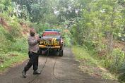 Polisi Polsek Pengadegan Evakuasi Kabel Listrik Melintang di Jalan