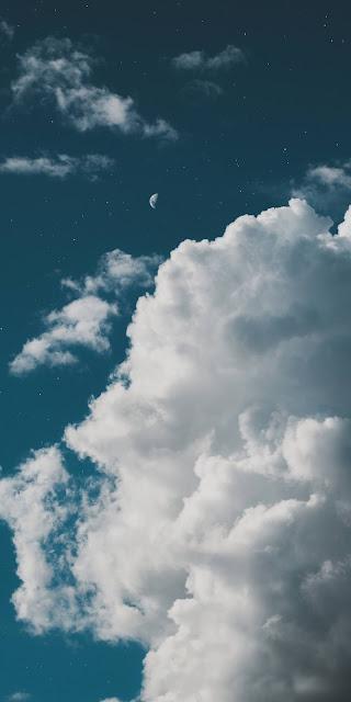 Nửa vầng trăng trên bầu trời mây đẹp lạ kì
