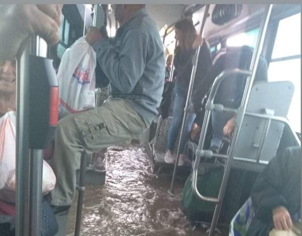 «Βούλιαξε» λεωφορείο στον Ασπρόπυργο από την βροχή - Απίστευτη εικόνα