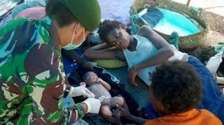 Sungguh Mulia Prajurit TNI Membantu Seorang Ibu Melahirkan Dalam Rimba Papua