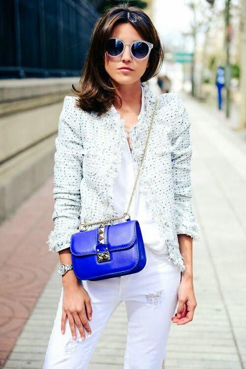 O poder dos acessórios: mala azul a tiracolo
