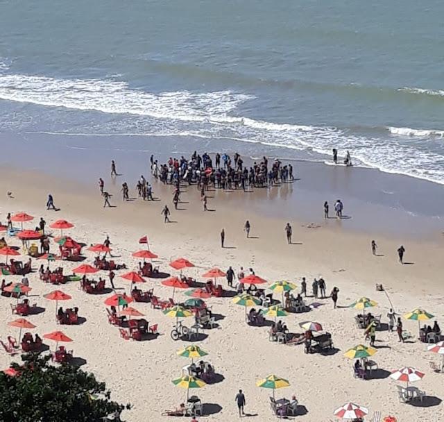 Homem é socorrido após ser atacado por tubarão na praia de Piedade, em Jaboatão dos Guararapes