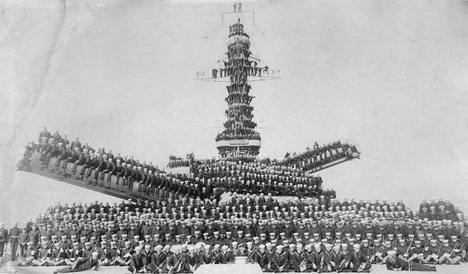 Infantes de marina y marineros de los Estados Unidos posando en un barco no identificado (probablemente el USS Pennsylvania o el USS Arizona), en 1918.
