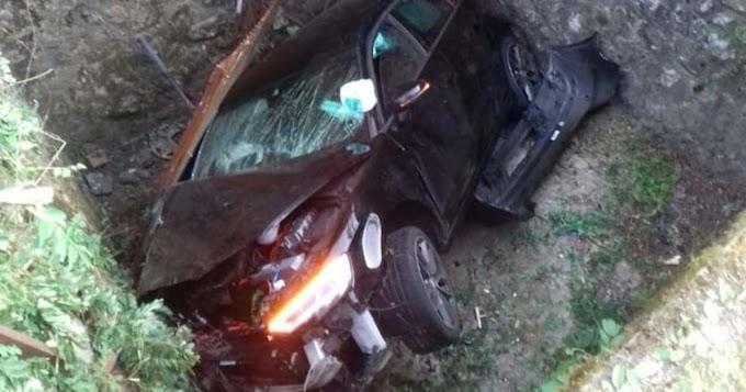 Horrorbaleset Szálkánál: négy emberrel zuhant egy mély verembe a kocsi