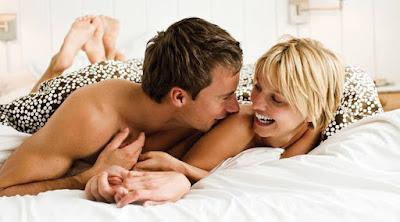4 أطعمة تزيد من قدرتك الجنسية على فراش الزوجية رجل امرأة سرير ناشمان ممارسة الحب الجنس man woman love sex making love bed couple married life