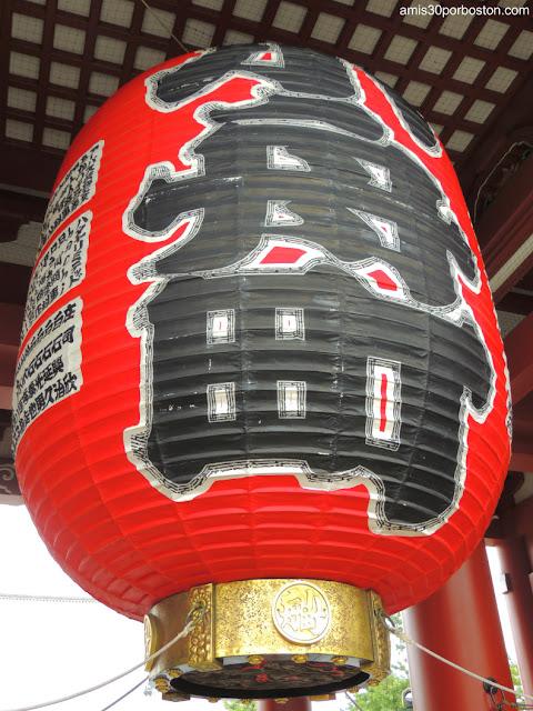 Farol de la Puerta Hozomon en el Templo Sensoji