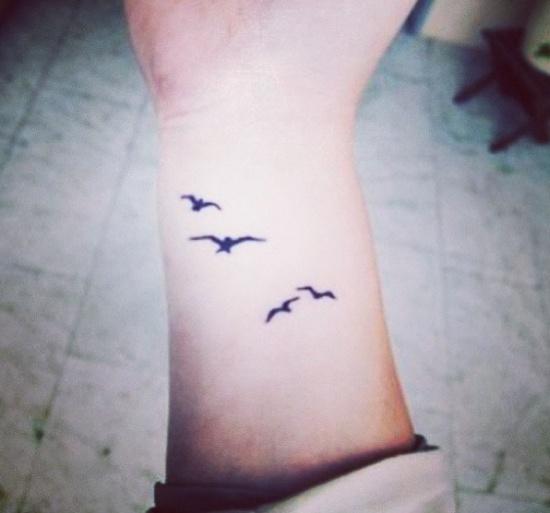 vemos el antebrazo de una chica, lleva un tatuaje en la muñeca